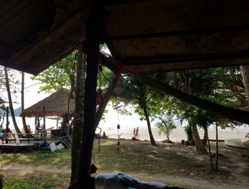 Blick von der Veranda eines Bungalows auf den Kai Bae Brach in Ko Chang, Thailand
